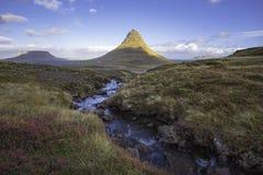 与Kirkjufell山冰岛的Kirkjufellsfoss瀑布 免版税图库摄影