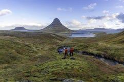 与Kirkjufell山冰岛的Kirkjufellsfoss瀑布 免版税库存图片