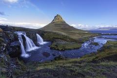 与Kirkjufell山冰岛的Kirkjufellsfoss瀑布 免版税库存照片