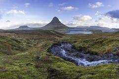 与Kirkjufell山冰岛的Kirkjufellsfoss瀑布 库存照片