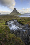 与Kirkjufell山冰岛的Kirkjufellsfoss瀑布 库存图片