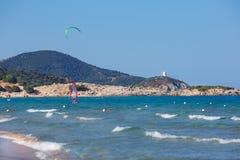 与kitesurfer的美丽的海滩在撒丁岛 库存图片