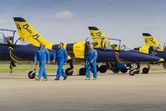 与L-39的波儿地克的蜂喷气机队乘员组在跑道飞行 库存照片