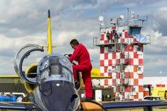 与L-39的波儿地克的蜂喷气机队乘员组在跑道飞行 免版税库存照片
