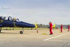 与L-39的波儿地克的蜂喷气机队飞行在跑道的辗压 免版税库存照片