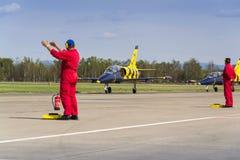 与L-39的波儿地克的蜂喷气机队飞行在跑道的辗压 免版税库存图片