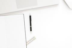 与labtop计算机、空白的笔记本和笔的办公桌桌 与拷贝空间的顶视图在工作公园, 3D翻译 免版税库存图片