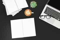 与labtop计算机、空白的magazinesmart电话和咖啡杯的办公桌桌 与拷贝空间, 3D的顶视图翻译 免版税图库摄影