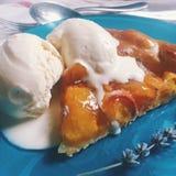 与lavander冰淇凌的桃子galette 免版税库存图片