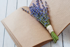 与Lavander的干净的床单笔记薄开花花束 免版税库存照片