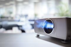 与lcd录影放映机的介绍在办公室 免版税库存图片