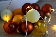 与LED光的圣诞节球在木背景 免版税图库摄影