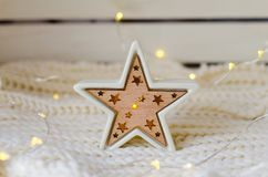 与LED背后照明的可爱的陶瓷星 免版税库存图片