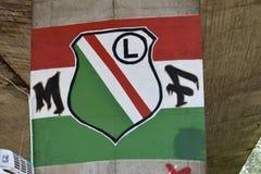 与Legia华沙橄榄球俱乐部旗子的街道画  免版税图库摄影