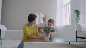 与Lizun一起的愉快和笑的妈妈和儿子戏剧,一个液体伸缩自在的玩具 股票录像