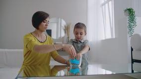 与Lizun一起的愉快和笑的妈妈和儿子戏剧,一个液体伸缩自在的玩具 影视素材