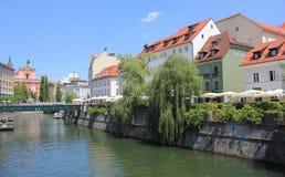 与Ljubljanica河,斯洛文尼亚的卢布尔雅那中心 免版税库存图片
