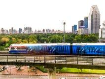 与Lumpini公园的曼谷的地平线 库存照片