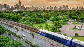 与Lumpini公园,曼谷泰国的曼谷的地平线 免版税库存照片