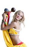 与maracas的美好的微笑的白肤金发的跳舞 免版税库存图片