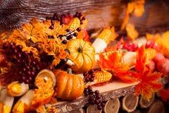与marple叶子和酒的莓果的秋天静物画 库存照片