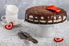与mascarpone和草莓的自创巧克力蛋糕 土气样式 日s华伦泰 免版税库存照片