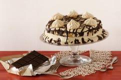 与mascarpone奶油和巧克力的蛋白甜饼蛋糕 免版税库存图片
