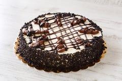 与mascarpone奶油,巧克力的可口自创整个蛋糕洒并且熔化了巧克力 库存照片