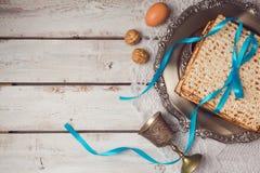 与matzah、seder板材和酒杯的犹太假日逾越节概念在白色桌背景 在视图之上 免版税图库摄影