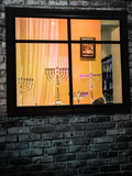 与menorah传统大烛台的犹太假日光明节背景 图库摄影