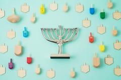 与menorah和抽陀螺的犹太假日光明节背景