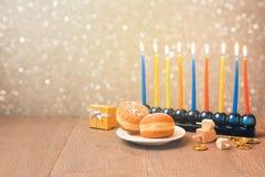 与menorah的犹太假日光明节庆祝在bokeh背景 减速火箭的过滤器作用 免版税图库摄影