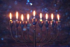 与menorah & x28的犹太假日光明节背景; 传统candelabra& x29;并且燃烧的蜡烛