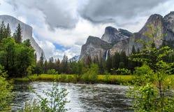 与merced河的优胜美地谷,秋天和El Capitan作为背景 免版税库存照片
