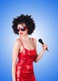 与mic的流行音乐明星在白色的红色礼服 免版税库存照片