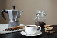 与moka罐的无奶咖啡在胡麻桌餐巾和曲奇饼 库存图片