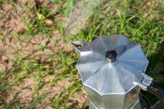 与Moka罐的酿造咖啡 图库摄影