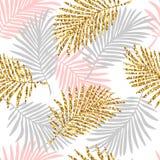 与monstera叶子和金黄闪烁纹理的热带无缝的样式 免版税库存图片