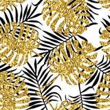 与monstera叶子和金黄闪烁纹理的热带无缝的样式 图库摄影