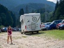 与motorhome的游客旅行在罗马尼亚 免版税库存照片