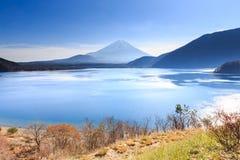 与Motosu湖的山富士 库存照片