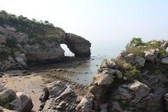 与mountians和洞穴的风景在黄海附近 免版税库存照片