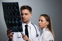 与MRI脊髓扫描的医生队 库存图片