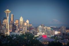 与Mt的西雅图街市都市风景 从凯利公园的Rainnier 免版税库存图片