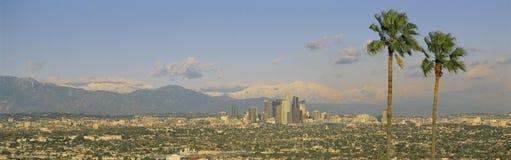 与Mt. Baldy的洛杉矶地平线 库存照片