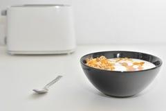 与muesli和蜂蜜的酸奶 库存图片