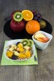 与muesli的新鲜水果 库存照片