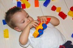 与multicet设计师的儿童游戏 一个小男孩是在中 免版税库存照片
