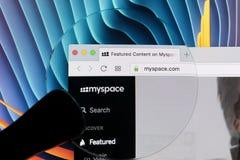 与Myspace主页的苹果计算机iMac在显示器屏幕上 Myspace在网上社会网络网站 Myspace主页  个人计算机的com 库存照片
