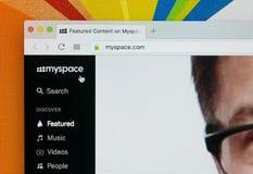 与Myspace主页的苹果计算机iMac在显示器屏幕上 Myspace在网上社会网络网站 Myspace主页  个人计算机的com 免版税库存图片